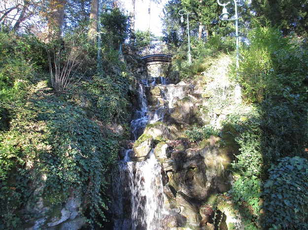 Водопад в парке Ренна